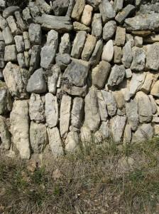 exemple de mur en pierre sèche clavée sur le terroir taulignanais