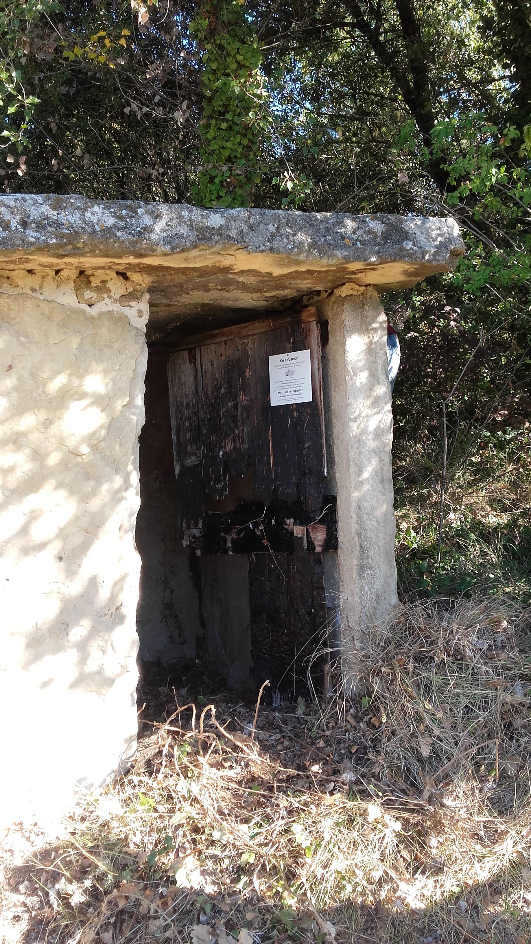 Porte du cabanon en dalles de pierre